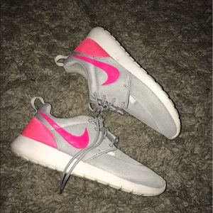 Nike Shoes - Nike Roshe'