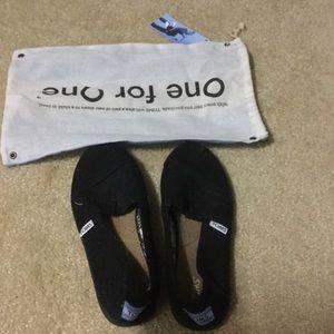 TOMS Other - Black Toms kids shoes size 1.5Y