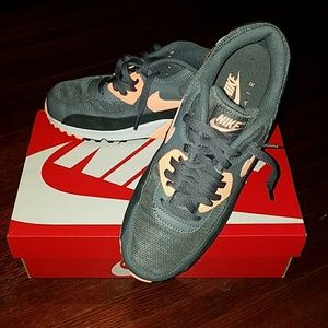 Nike Shoes - Women's Nike Air Max 90