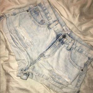 Distressed high waist shorts !