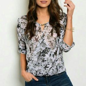 Tops - 🎆SALE🎆 Lovely Black/White blouse - U Style