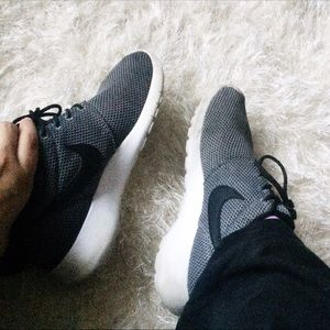 Nike Shoes - Nike roshes