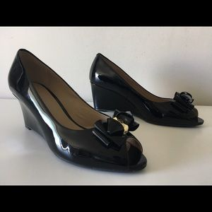 TORY BURCH STACKED WEDGE BLACK PATENT LEATHER PUMP