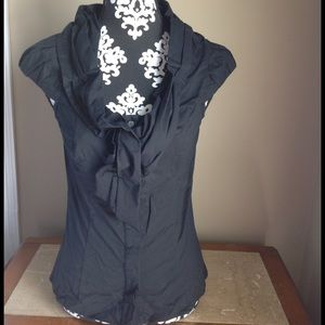 The limited top black pleated short sleeves sz xs