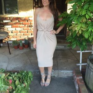 Dresses & Skirts - Adorable fitted dress with knotted waist