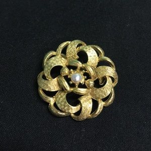Jewelry - Vintage Gold Tone Brooch with Flower Pearl Center