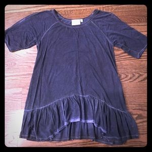 Dantelle Tops - Ruffle hemmed t-shirt with slits on the sleeves.