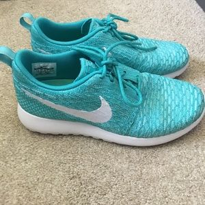 Nike Shoes - Women's Nike roshe run