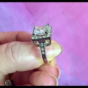 Jewelry - Beautiful new ring💚SALE💚