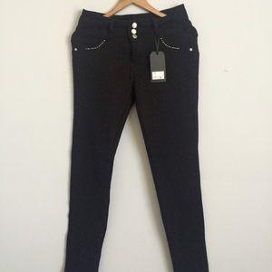 Denim - Sale🎉 NWT Butt Enhancing Black Jeans