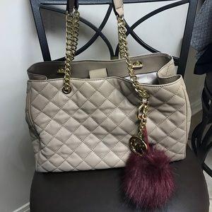 Michael Kors Handbags - Michael Kors Susannah Quilted Tote💚👜