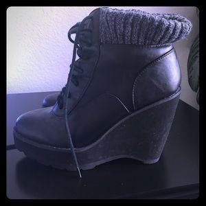 Deena & Ozzy Shoes - Weekend Sale🍃 DeenaOzzy Size 7 Wedge Sweater Trim