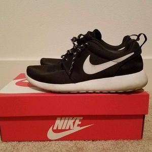 Nike Shoes - Nike Women's roshe run 6.5 black