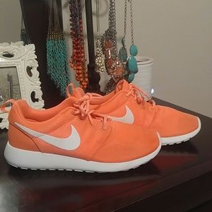 Nike Shoes - Nike Roshe