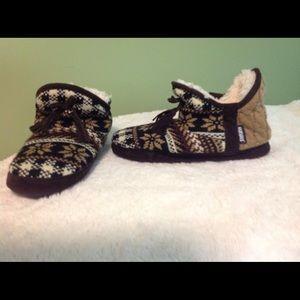 Muk Luks Shoes - Muk Luks slippers large 9/10