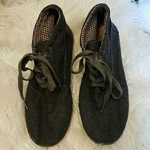 TOMS Other - TOMS Classic Grey Canvas Lace Up Shoes