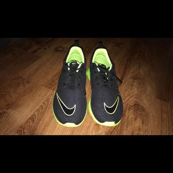 bce8ccb9b069f Nike roshe run 5.5 youth shoes, black & lime green