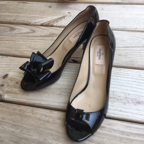 042cc636ef82 Valentino Black Patent Leather Bow Pumps. M 5908cbdf4e8d178037009837