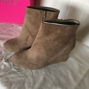 Shoedazzle suede wedge boots