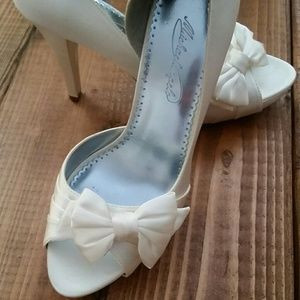 David's Bridal Shoes - Adorable peep toe heels