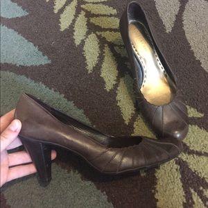 Brown closed-toe Heels