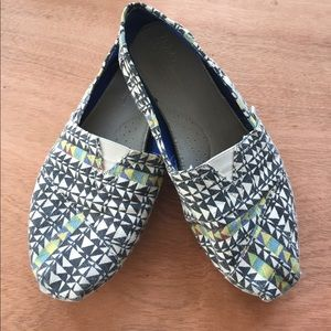 TOMS Shoes - Adorable geometric printed TOMS