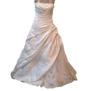 PRONOVIAS BARCELONA wedding dress lace detail
