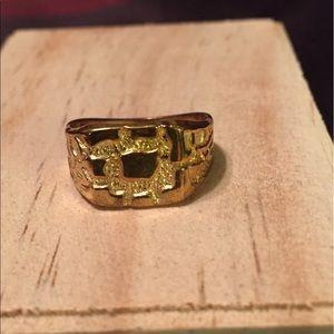 Jewelry - Gold look fun ring