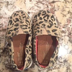 Toddler girls TOMS leopard sneakers shoes sz 5T