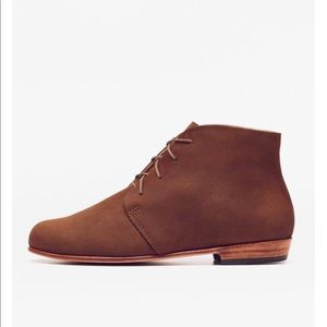 Nisolo Shoes - NISOLO Harper Chukka Boot in Oak Flat Ankle Boots