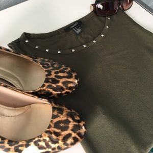 Forever 21 Tops - 🎉HP🎉Olive Green High-Low Top