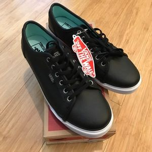 Vans Shoes - 🎉24 hour SALE 🎉NWT Women's Vans black sneakers