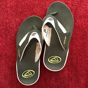 64 off reef shoes reef size 5 flip flops nwot bottle cap opener from monica 39 s closet on. Black Bedroom Furniture Sets. Home Design Ideas