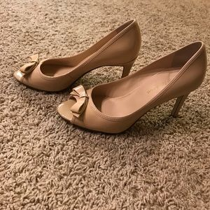 Timeless  nude patent peep toe bow pumps- 7M