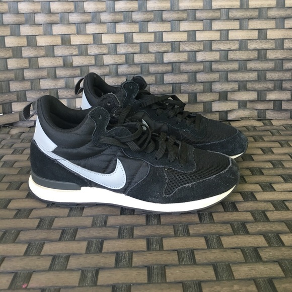 9bfa682e8f4 Nike internationalist mid black sneaker. M 5910c4572de512c01e0117f7