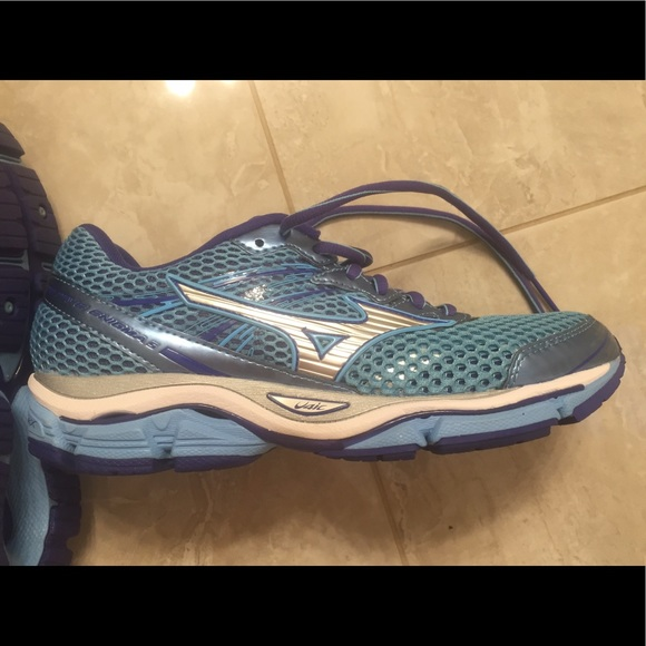 73 off mizuno shoes mizuno wave enigma 5 running shoe size 8 from christina 39 s closet on poshmark. Black Bedroom Furniture Sets. Home Design Ideas