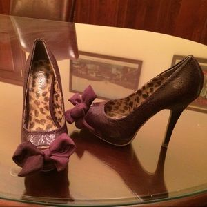 "Shoes - Size 7 1/2 Purple 4 1/2"" heels w/ bow accents"