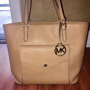 Michael Kors Handbags - ✨✨Michael Kors Purse✨✨
