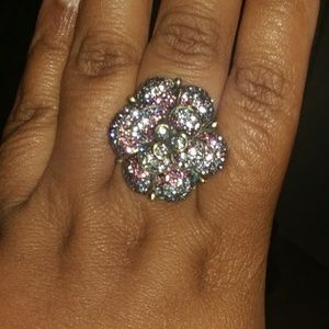 Jewelry - Really sparkly flower ring