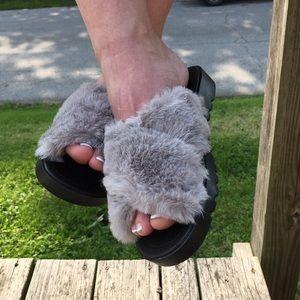6&8 only! 5️⃣🌟Cross-Cross Furry Gray Slides! NEW!