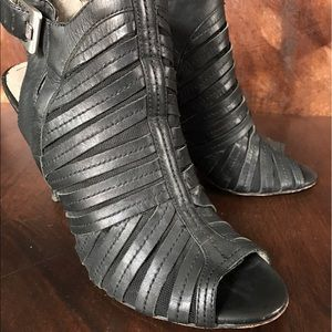 VINCE CAMUTO BOOTIE 8.5