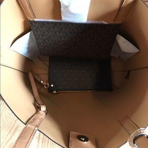 654acadfd6135 Michael Kors Bags - New Michael Kors MK Handbag Large Purse Bag