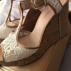 Pop in wearing a lace wedge shoes, bam!