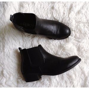 REFRESH black ankle Chelsea boots