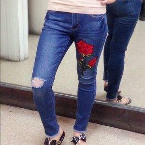 Pants - 🎉HP 8/09!!🎉Rose embroidered skinny Jeans