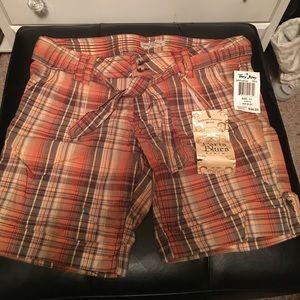 NWT Paris Blues plaid shorts. Comes w/ tied belt.
