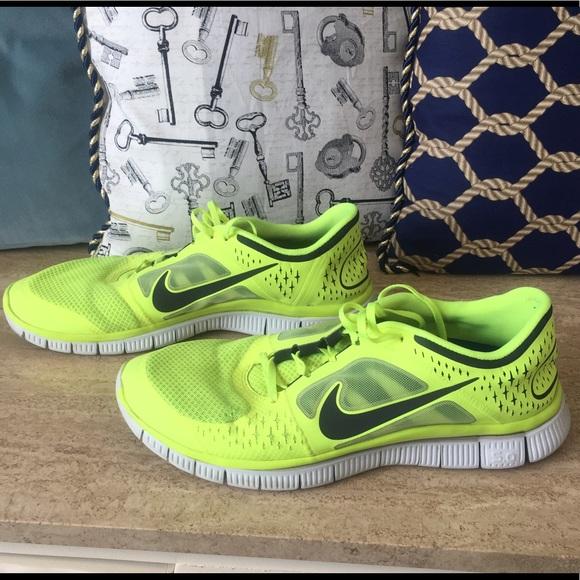 cb95124a5b1c9 Nike Men s Neon yellow Nike free runs 3 👟. M 591b60a2f0137da66a0169e6