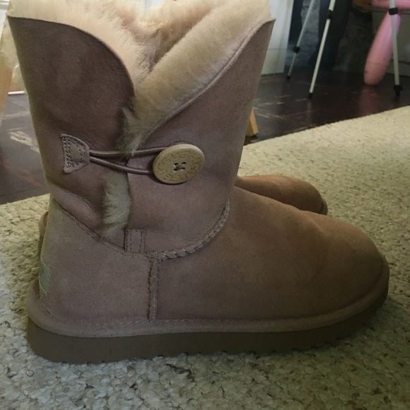 pink bailey button uggs