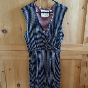 Trovata Dresses & Skirts - Super comfy dress with scallop neckline & pockets!