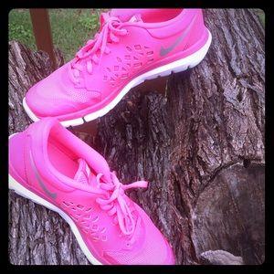 Nike Shoes - Pink Nike shoes/women/Fitness